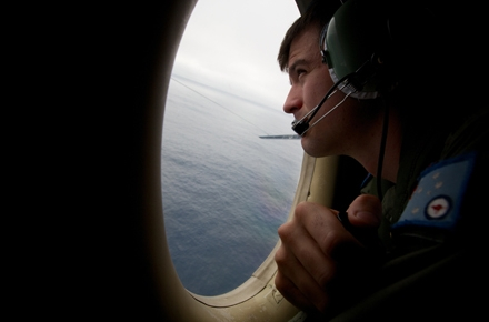 An Australian serviceman searches for missing Malaysian Airlines flight MH370. Photo by AFP.